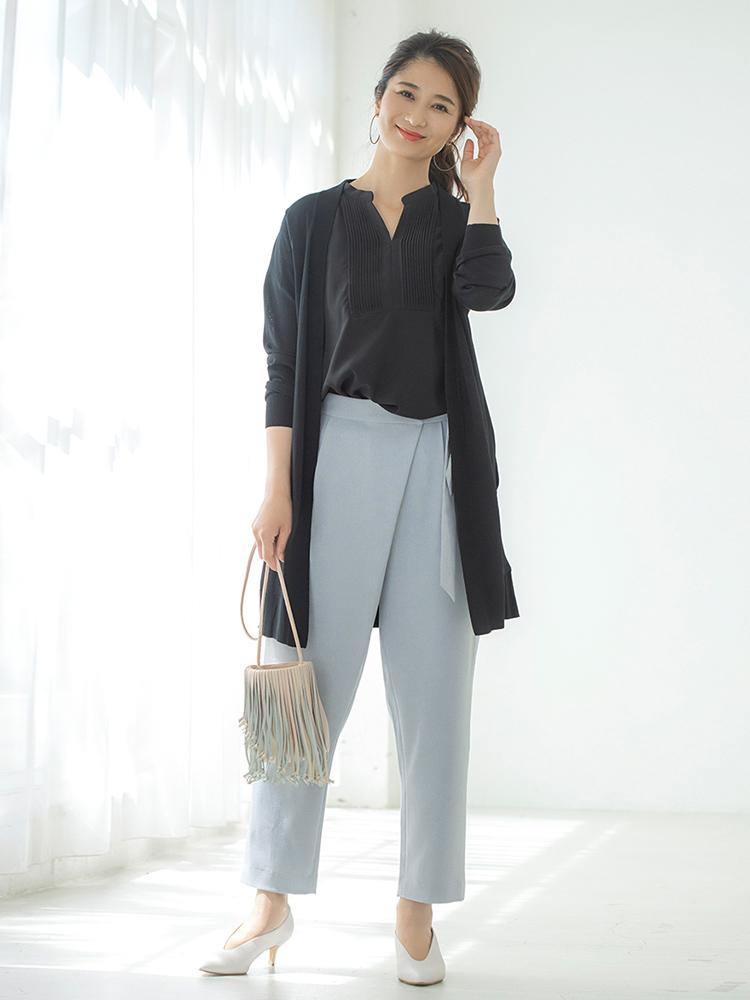 「お洋服に濃色を取り入れるなら、白パンプスを合わせて初夏らしい抜け感を出すのがオススメです。それもV字カットなら今っぽさ抜群! 一見ベーシックなコーデだけど、パンツのラップ風デザインといいシャツのプリーツディテールといい、さりげなく随所に遊びが効いているので、バッグも小ぶりで動きのあるフリンジでキャッチーに。アクセもカジュアル感のあるフープピアスでテンションを合わせて」(スタイリスト・坂野陽子さん)