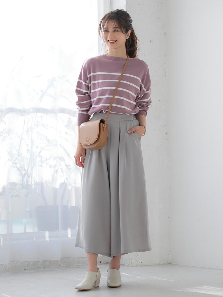 「春の定番ボーダーはカラーものをチョイスして差をつけて。さらにデニムではなくスカート見えパンツで、カジュアルスタイルをブラッシュアップ。足元は歩きやすさもあるトレンドの甲が深いシルエットのブーティなら、より鮮度の高い着こなしに」(スタイリスト・坂野陽子さん)