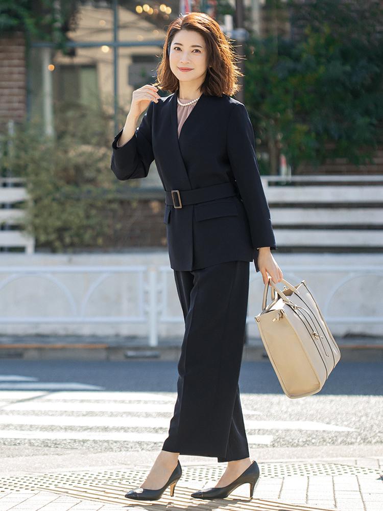「ハンサムな魅力が漂うネイビースーツには、華やかさのあるブラウスをインナーに効かせて、品格と柔和な表情をプラス。お仕事からセレモニーシーンで差をつけられるスーツスタイルの完成です」(スタイリスト・坂野陽子さん)