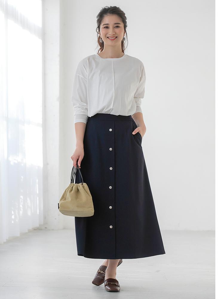 「ホワイト×ネイビーのクールな配色で、媚びない女らしさが際立つシンプルコーデに着地。すっきりとクリーンなスタイリングの時こそ小物で左右されるので、トレンドのミニバッグとメンズライクな小物で今っぽさをトッピング」(スタイリスト・坂野陽子さん)