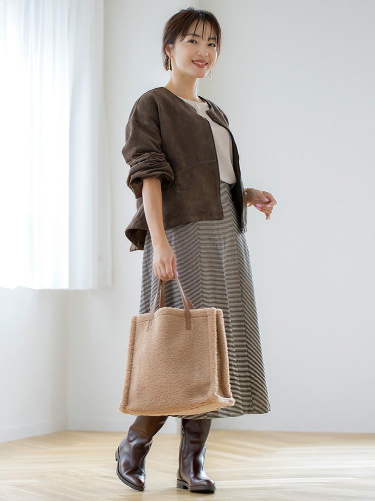「ブルゾンのデザイン性を生かして、インナーをシンプルにまとめたコーデ。ベーシックな着こなしも、長めのスカートに太筒のロングブーツをかぶせると今年らしく仕上がります。下重心なので、ブルゾンの袖をまくってニュアンスを出すと抜け感が出てバランスがよくなりますし、一気にこなれ感が出ます。ブラウン系のワントーンコーデなので、バッグのボアやスエードといった異素材や柄を取り入れてメリハリを」(スタイリスト・坂野陽子さん)