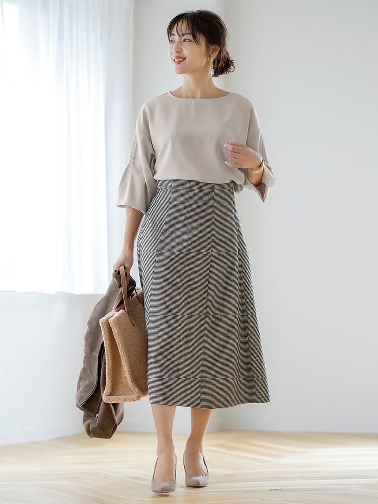 「レディライクなブラウスとクラシカルさが魅力なスカートには、あえてのボアバッグで遊びをプラス。足元は同系色のパンプスで繋げて軽やかに。堅苦しさを排除した大人の上品さとトレンド感が両立する通勤スタイルの出来上がりです」(スタイリスト・坂野陽子さん)