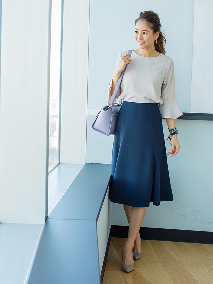 「ベージュ×ネイビーの王道オフィススタイルは、気持ちを引き締めたい週明けシーンにおススメ。緩やかに広がるデザインスリーブとマーメイド調シルエットのスカートでスタイリングに立体感と女っぽさも醸して」(スタイリスト・坂野陽子さん)