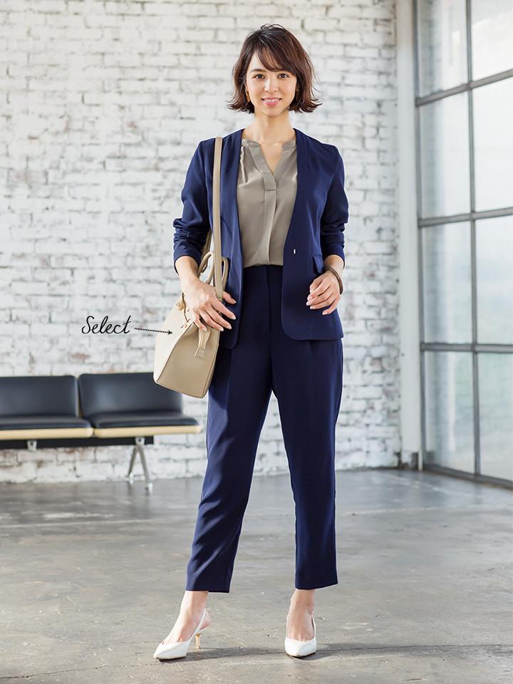 「ネイビーのジャケット&パンツスタイルに、シックなカーキのブラウスをチョイスした、通勤シーンに嬉しい洗練スーツスタイル。ネイビーのクールさを和らげるベージュバッグとホワイトのパンプスなら、柔和な女っぽさも投入できます」(スタイリスト・坂野陽子さん)