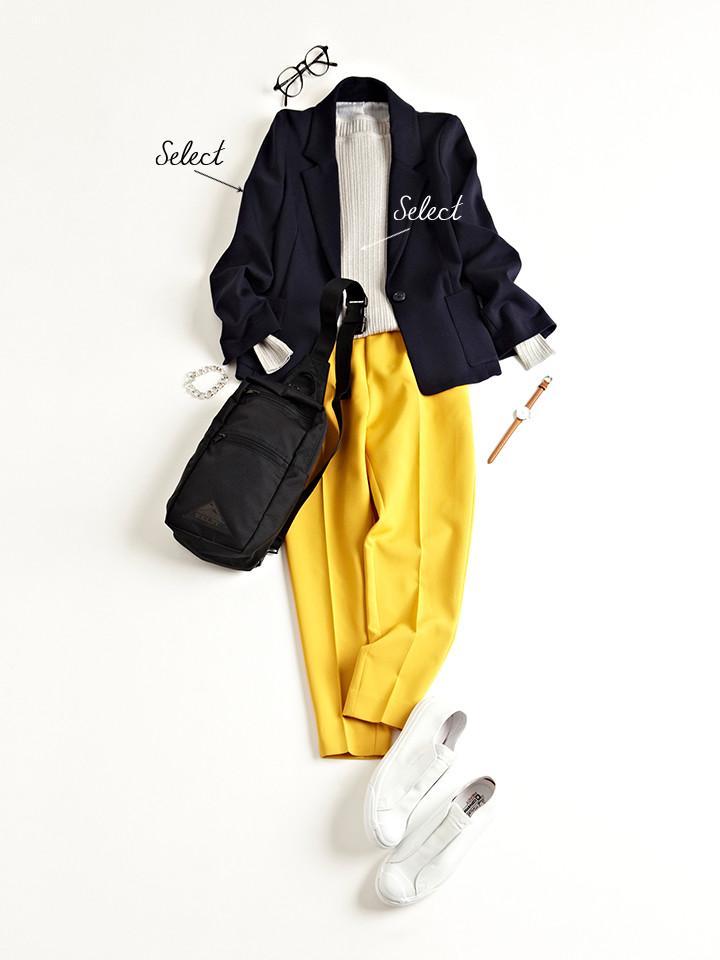 「テーラードジャケット×パンツのキリッとハンサムな着こなしを、ボディバッグとスニーカーの着崩し技でラフにハズして。街歩きや旅先に映えるちょっぴりやんちゃなマニッシュコーデは、ラメニットで女っぽさもほんのりとアピール」(スタイリスト・坂野陽子さん)