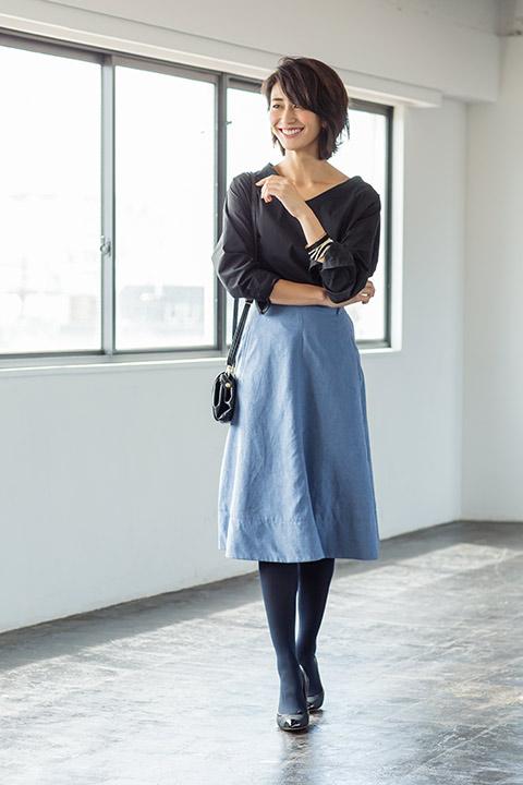 「あえてトップスや小物をダークトーンカラーでまとめて、ブルーのフェイクスエードスカートを主役に引き立たせて。大人フェミニンなルックスに爽やかさを添えるスカートが、春先に鮮やかに映えるはず」(スタイリスト・坂野陽子さん)