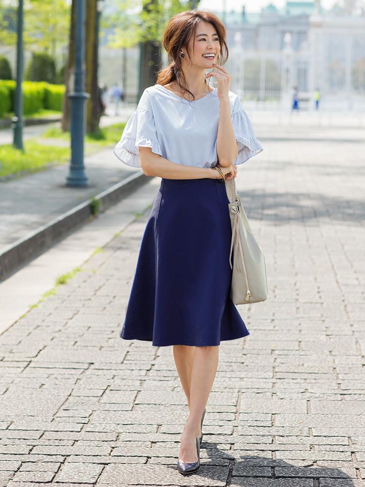 「爽やかなストライプ柄のブラウスに鮮やかなブルーのスカートを合わせた、暑い季節にこそ楽しみたい街で映える着こなし。柔らかなカラートーンの小物で女性らしいまろやかな上品さもプラス」(スタイリスト・坂野陽子さん)
