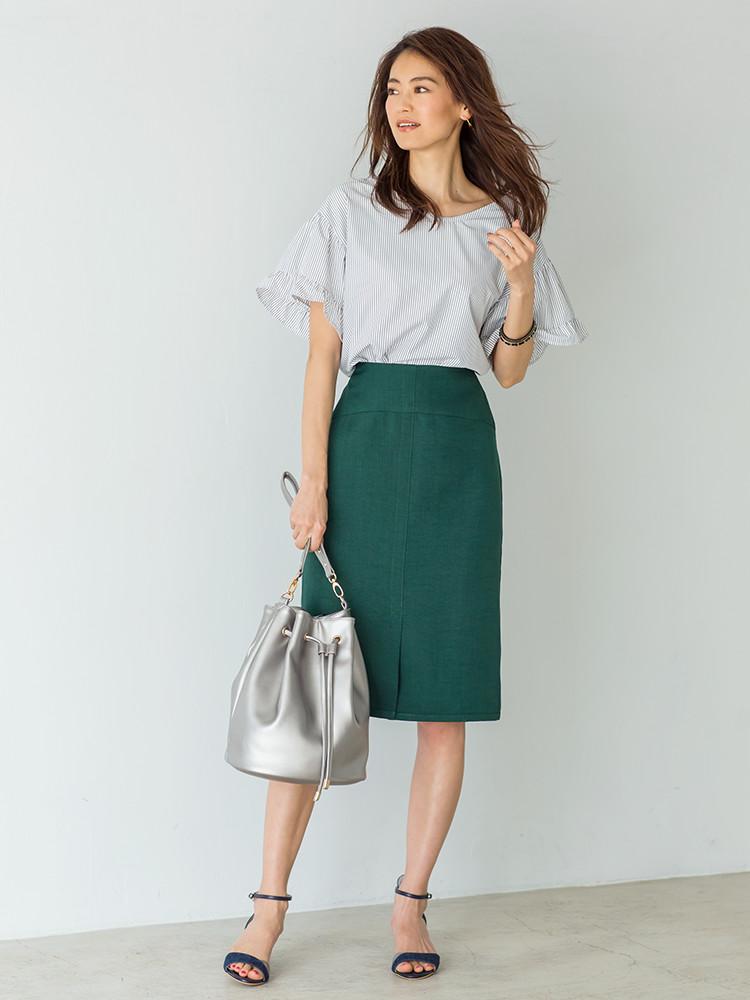 「ブラウスのフェミニンなムードを、すっきりシルエットのスカートで品よくセーブ。足元にはサンダルでシーズンライクなぬけ感を添えて、女っぽさもさりげなくアップ。オンもオフの予定もこなせる、大人レディな装いです」(スタイリスト・坂野陽子さん)