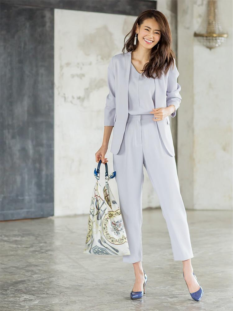 「クリーンさと女っぽいニュアンスを併せ持つライトグレーが気品を高める、ジャケット、トップス、パンツのセットアップスタイル。ワントーンでシンプルにまとめたコーディネートには、スカーフ柄バッグで大人の余裕をプラス」(スタイリスト・坂野陽子さん)